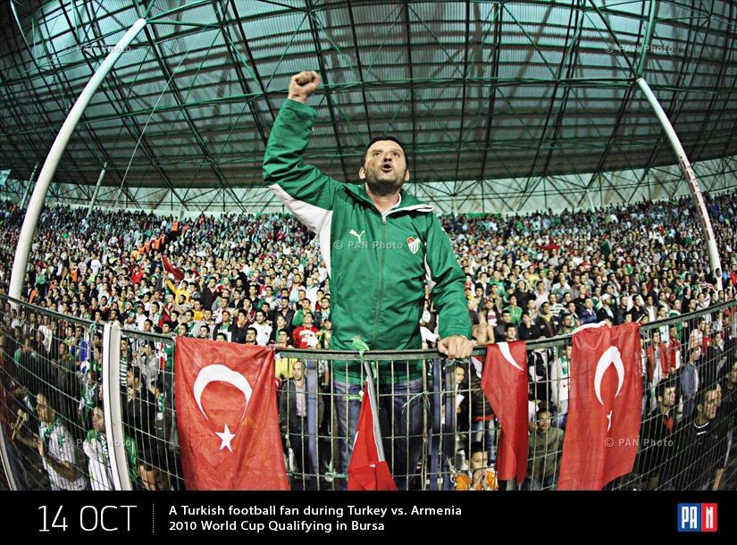 Թուրք ֆուտբոլասերը  2010թ. Աշխարհի գավաթի Թուրքիա-Հայաստան հանդիպման ժամանակ Բուրսայում