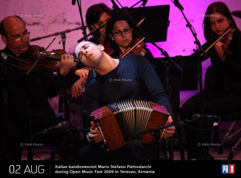 Իտալացի բանդոնեոնիստ Մարիո Ստեֆանո Պիետրոդարկին «Բաց երաժշտություն փառատոն 2009»-ի համերգի ժամանակ Երևանում