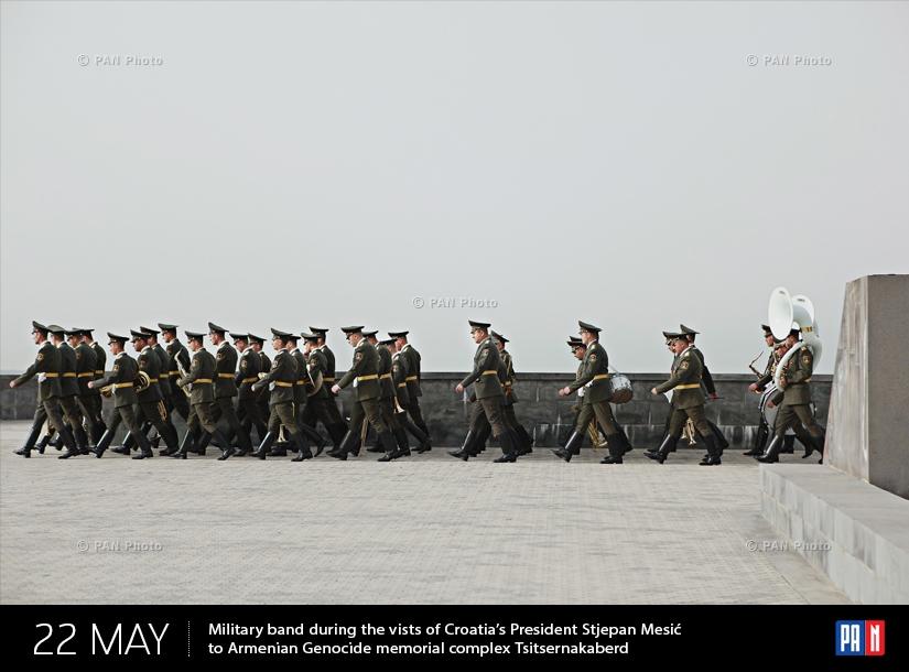 Զինվորական նվագախումբը Խորվաթիայի նախագահ Ստյեպան Մեսիչի՝ Ծիծեռնակաբերդ այցի ժամանակ