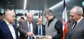 Премьер-министр Карен Карапетя посетил офисы фондов «IDeA» и «Луйс» и сети «Impact Hub Yerevan»