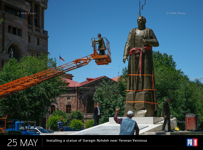 Installing a statue of Garegin Nzhdeh near Yerevan Vernissage