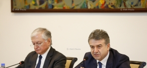 Armenian PM Karen Karapetyan meets with Diplomatic Corps representatives