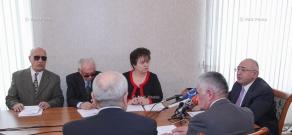 ЦИК вручил НПО «Союз слепых Армении»  специальные пособия, написанные шрифтом Брайля и крупным шрифтом