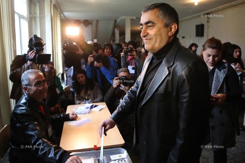 ARF Dashnaktsutyun's proportional list head Armen Rustamyan cast a ballot