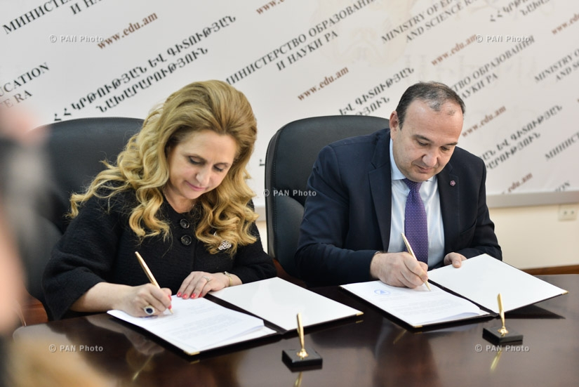 RA Minister of Education and Science Levon Mkrtchyan and executive director of 'Junior Achievements of Armenia' NGO Armine Hovhannisyan sign a memorandum