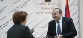 RA Minister of Education and Science Levon Mkrtchyan and Executive Director of Media Initiatives Center Nune Sargsyan sign a memorandum of understanding
