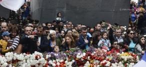 Հայոց ցեղասպանության 102-րդ տարելիցը: «Երկիր Ծիրանի» կուսակցության անդամների այցը Ծիծեռնակաբերդի հուշահամալիր