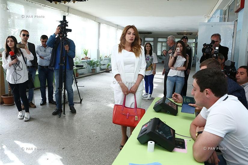 "Elections to the Yerevan City Council: Mayor candidate of ""Yerkir Tsirani"" Zaruhi Postanjyan votes"