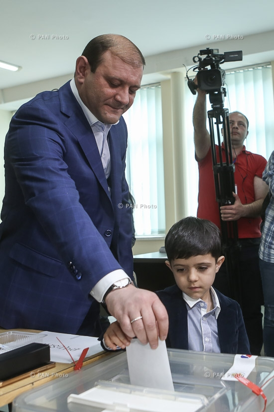 Elections to the Yerevan City Council: Candidate for the mayor of Yerevan, acting mayor Taron Margaryan votes