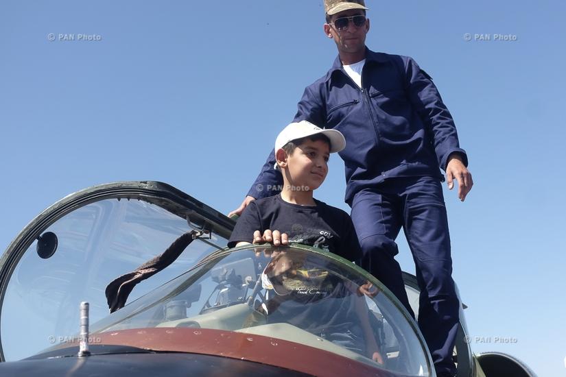 Զինված ուժերի ավիացիայի կազմավորման 25 ամյակի կապակցությամբ տոնական միջոցառում «Էրեբունի» օդանավակայանի տարածքում