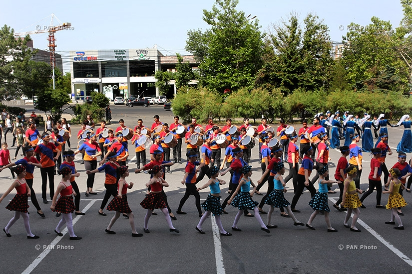 Cultural center of Nor Nork Administrative District organized a flash mob dedicated to Constitution Day of Armenia