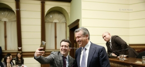 Премьер-министр Карен Карапетян выдает сертификаты выпускникам политической школы «Андраник Маргарян»
