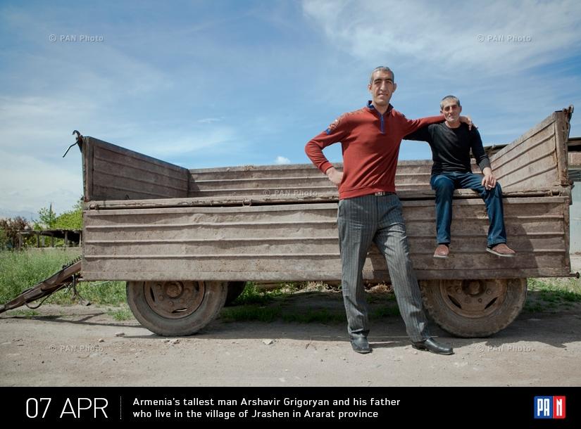 Самый высокий человек Армении Аршавир Григорян (2 м 34 см) со своим отцом, проживающие в селе Джрашен Араратской области