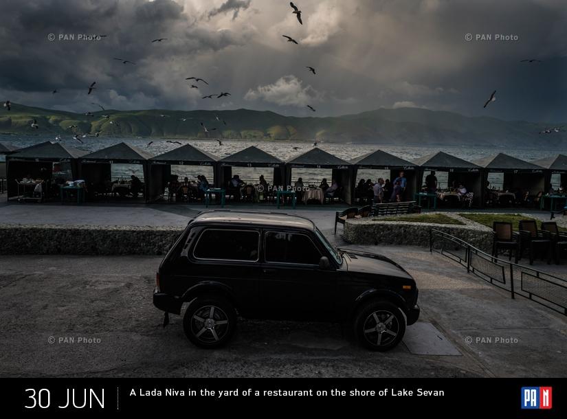 «Нива», припаркованная во дворе одного из ресторанов на берегу озера Севан