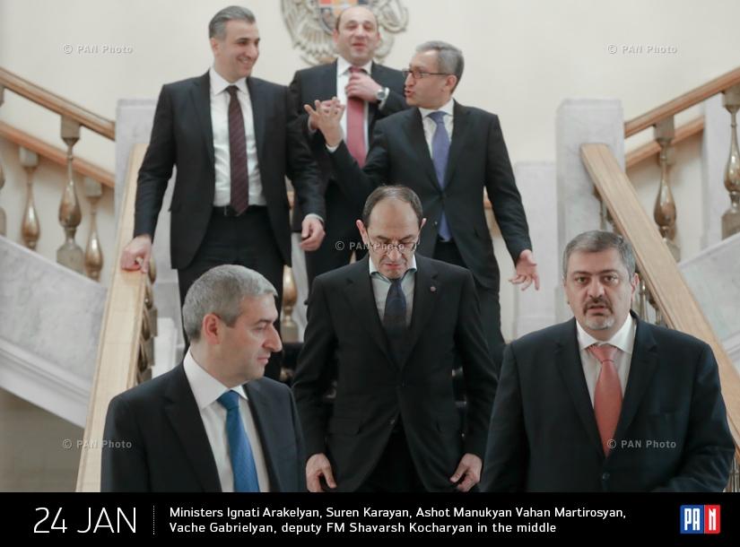 Министры Игнатий Аракелян, Сурен Караян, Ашот Манукян, Ваан Мартиросян, Ваче Габриелян и замминистра Шаварш Кочарян посередине