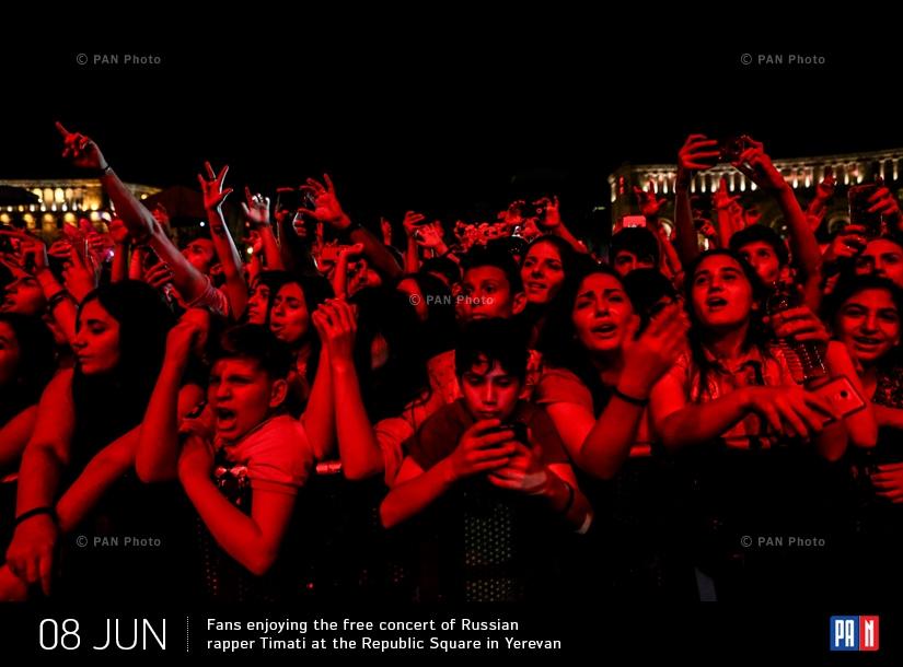 Подростки и молодые люди на бесплатном концерта рэпера Тимати на Площади Республики в Ереване