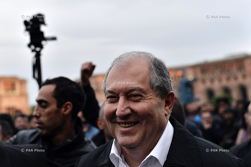 Armenian president Armen Sarkissian arrived to Yerevan's Republic Square to talk to Nikol Pashinyan, the leader of the opposition protesting against the Prime Minister Serzh Sargsyan