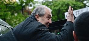Президент Армении Армен Саркисян прибыл на Площадь Республики в Ереване для беседы с парламентарием Николом Пашиняном