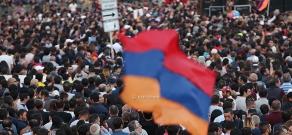 Граждане Армении следят за специальным заседанием Парламента по вопросу выбора премьера на Площади Республики
