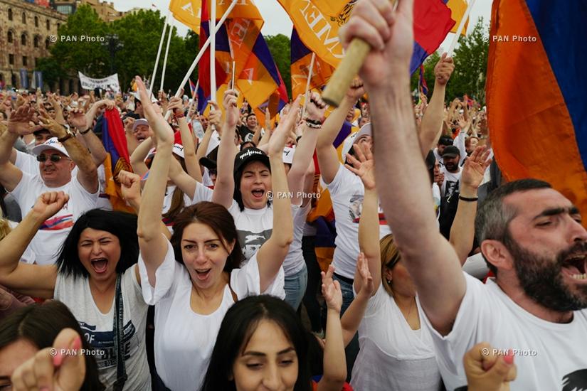 Հանրապետության հրապարակում հավաքվածները նշում են վարչապետի Նիկոլ Փաշինյանի ընտրության փաստը