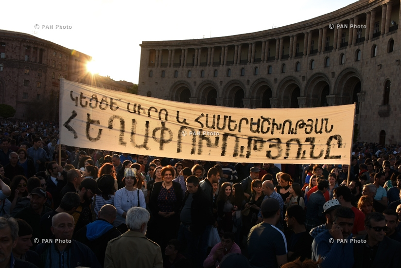 Demonstrators waiting for the start of a rally called by opposition leader Nikol Pashinyan at the Republic Square, 25.04.2018