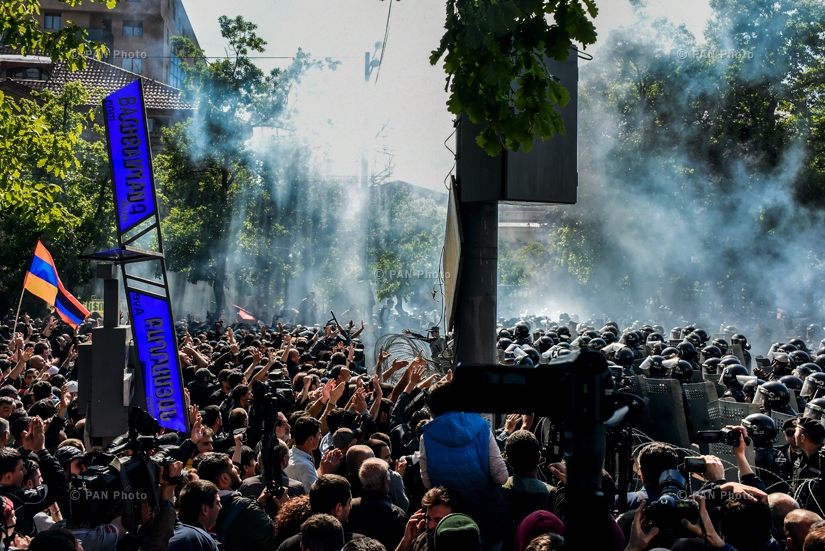 Marching towards the parliament building, demonstrators attempted to bypass the police cordon, which resulted in clashes between the sides and special measures taken by the police, 16.04.18
