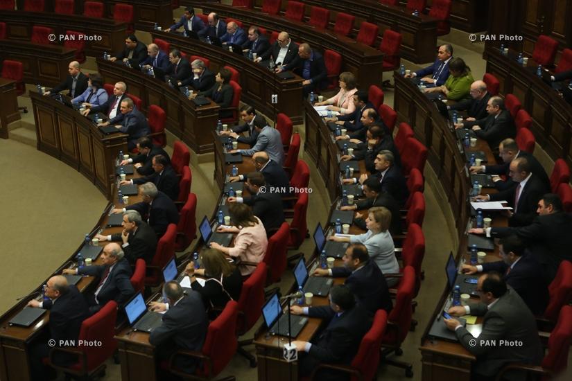ԱԺ-ում օրենքի ուժով հրավիրված հատուկ նիստի ժամանակ մեծամասնություն կազմող Հանրապետական խմբակցությունը, որը դեմ քվեարկեց Նիկոլ Փաշինյանի վարչապետությանը՝ տապալելով ընտրությունները, 01.05.18