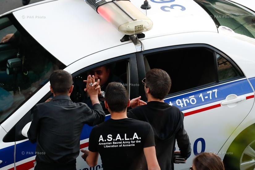 Ոստիկանները ողջունում են երիտասարդներին՝ Հրապարակում Սերժ Սարգսյանի հրաժարականին հաջորդած հանրահավաքի ժամանակ, 23.04.18