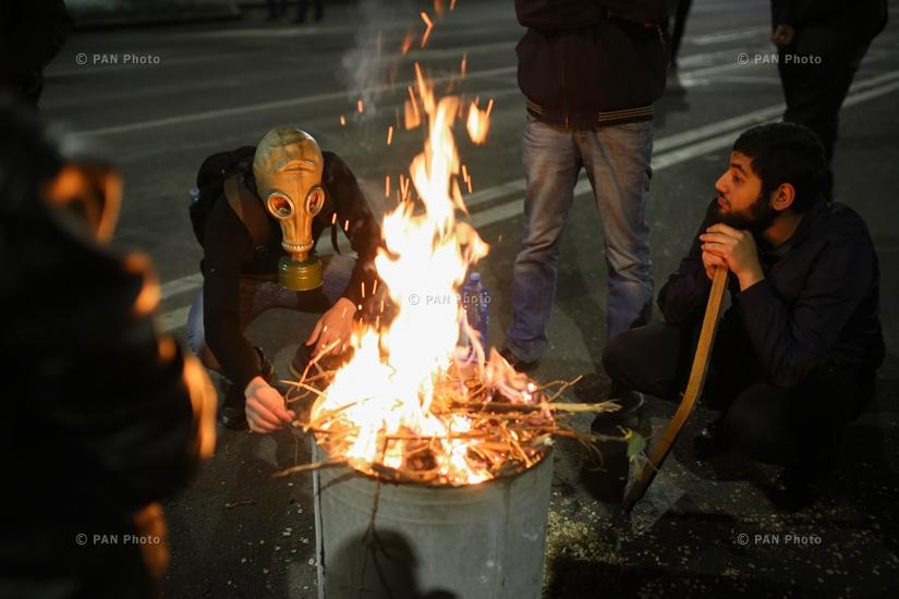 Ցուցարարները գիշերն էլ չեն լքում Ֆրանսիայի հրապարակը՝ շարունակելով բողոքի ակցիան, 16.04.18