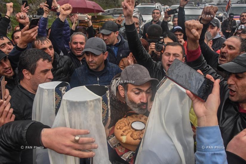 Գյումրեցիները դիմավորում են ընդդիմության առաջնորդ Նիկոլ Փաշինյանին քաղաքում կայանալիք հանրահավաքից առաջ, 29.04.2018