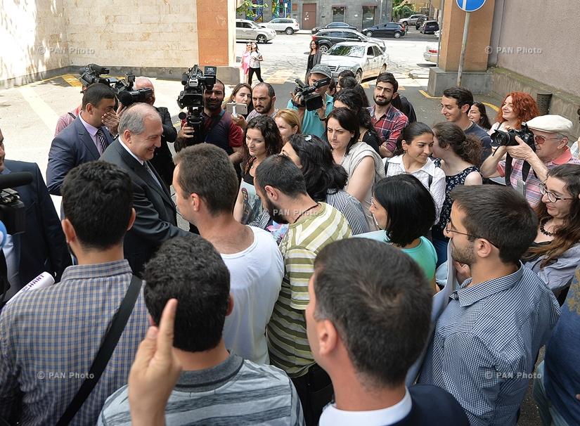 Նախագահ Արմեն Սարգսյանը հանդիպել է իր նստավայրի դիմաց Ամուլսարի հանքի դեմ բողոքողներին ու  քոչարի պարել նրանց հետ