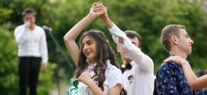 Премьер-министр РА Никол Пашинян в правительственном особняке принял выпускников школ приграничных общин