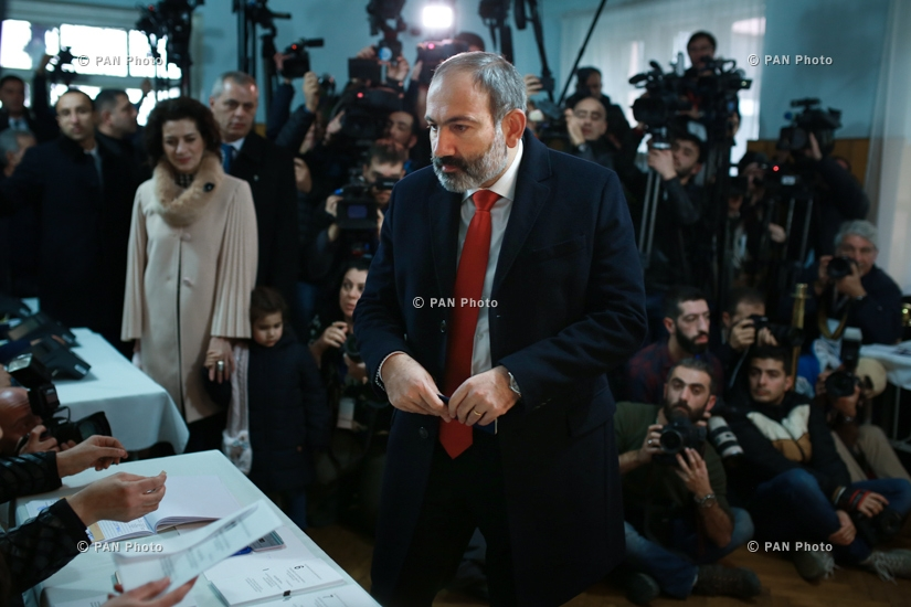 Acting Armenian Prime Minister Nikol Pashinyan votes in Armenis'a snap parliamentary elections