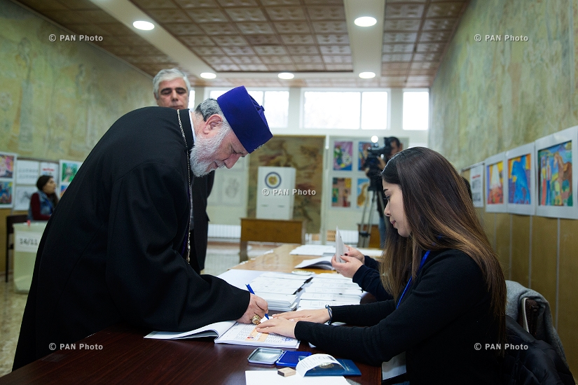 Католикос всех армян Гарегин II проголосовал на внеочередных выборах в Парламент Армении