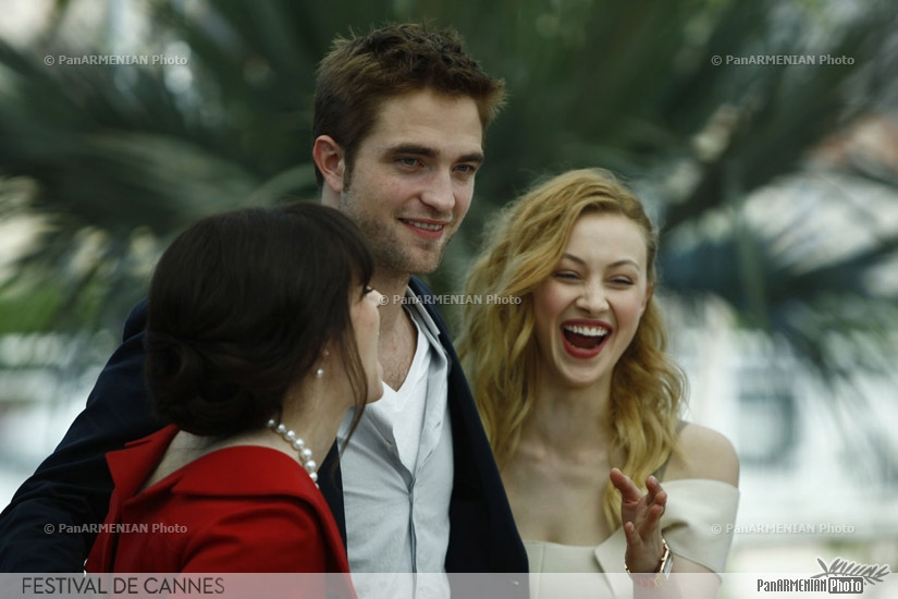 Canadian actress Emily Hampshire (L), British actor Robert Pattinson and Canadian actress Emily Hampshire