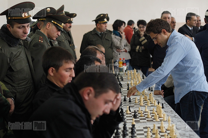 Levon Aronian, Sergei Movsesian hold a chess session with prisoners