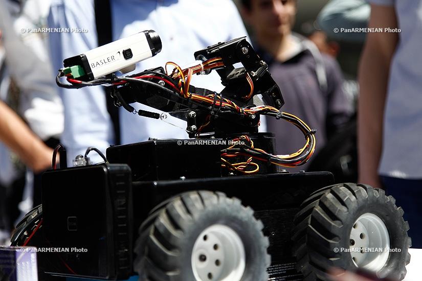 «Ռոբոտների օր» միջոցառմանը ցուցադրվեցին ռոբոտատեխնիկայի խմբակներում պատրաստված ռոբոտներ
