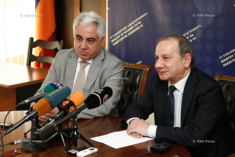 RA Minister of Economy Vahram Avanesyan and AJA vice president Artak Udumyan sign a contract