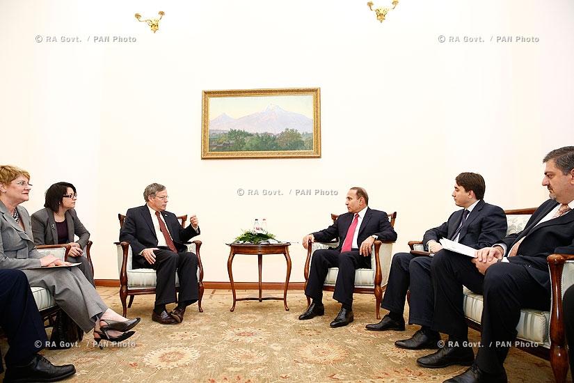 Правительство РА: Премьер Овик Абрамян принял посла США в Армении Джона Хефферна
