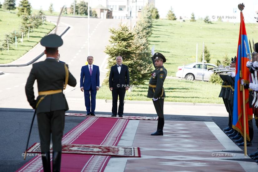 Церемония встречи делегации, возглавляемую министром национальной обороны Литвы Юозасом Олекасом