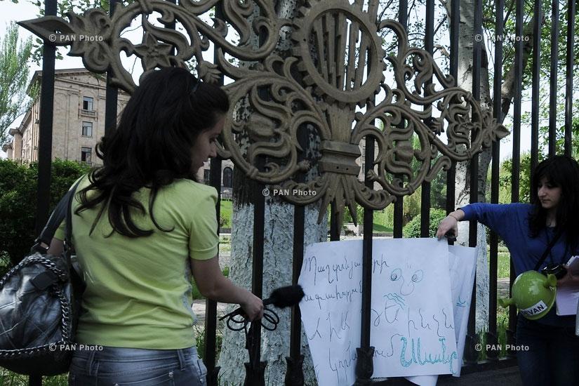 Напротив здания Национального Собрания РА прошла акция протеста инициативы «S.O.S. Севан», направленная на спасение озера Севан