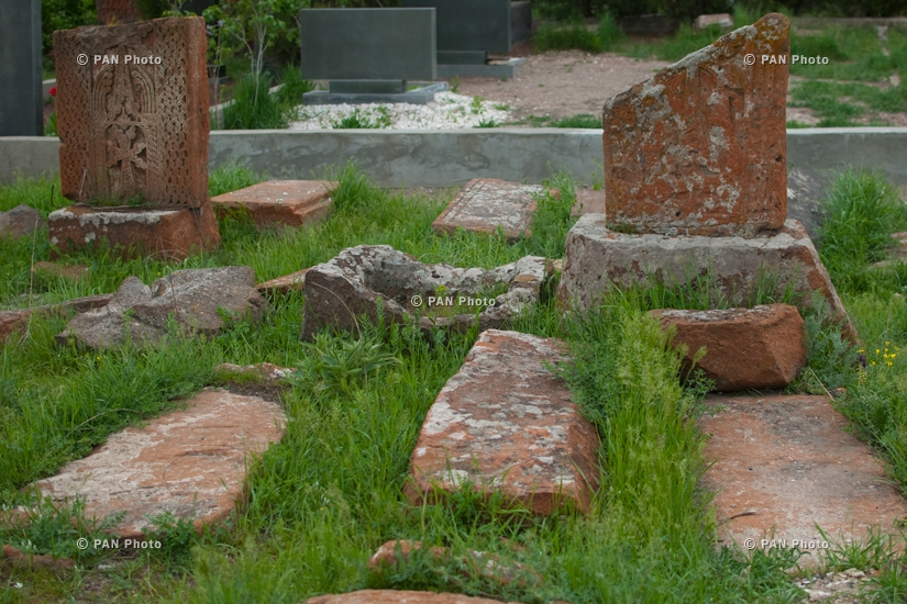 Cemetery in Arinj: 191 old and unprotected khachkars, 2 altars and 26 gravestones