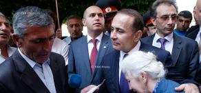 Премьер-министр Овик Абрамян встретился с демонстрантами перед зданием Правительства