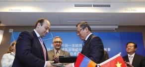 China-Eurasia Expo head Li Jingyuan and Armenian Development Agency director Ruben Harutyunyan sign memo of cooperation