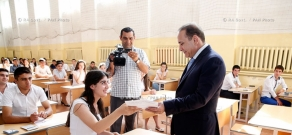 RA Govt.: PM Hovik Abrahamyan meets with applicants taking common entrance exam in Artashat