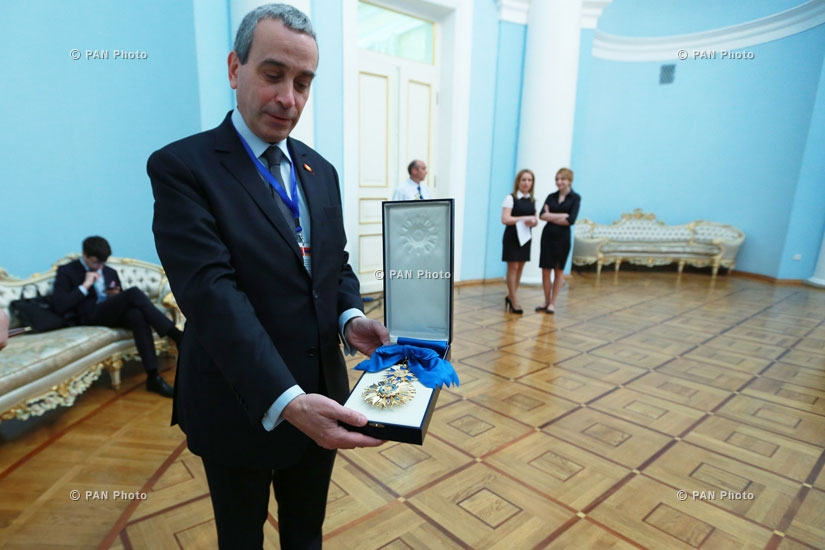 Президент Армении Серж Саркисян наградил президента Франции Франсуа Олланда