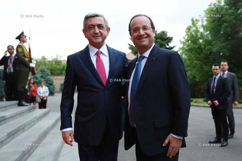 Президент Франции Франсуа Олланд и Президент Армении Серж Саркисян перед резиденцией Армении