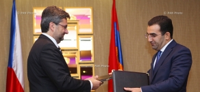 Deputy Minister of Economy of Armenia Garegin Melkonyan and Deputy Minister of Industry and Trade of Czech Republic Vladimir Bartl sign a protocol