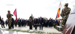Высокопоставленные лица Армении и НКР в честь Дня независимости РА посетили пантеон «Ераблру»
