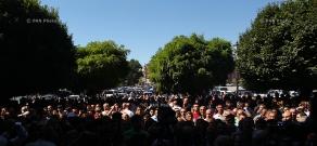 Տոնավաճառների աշխատակիցների բողոքի ցույցը կառավարության շենքի դիմաց